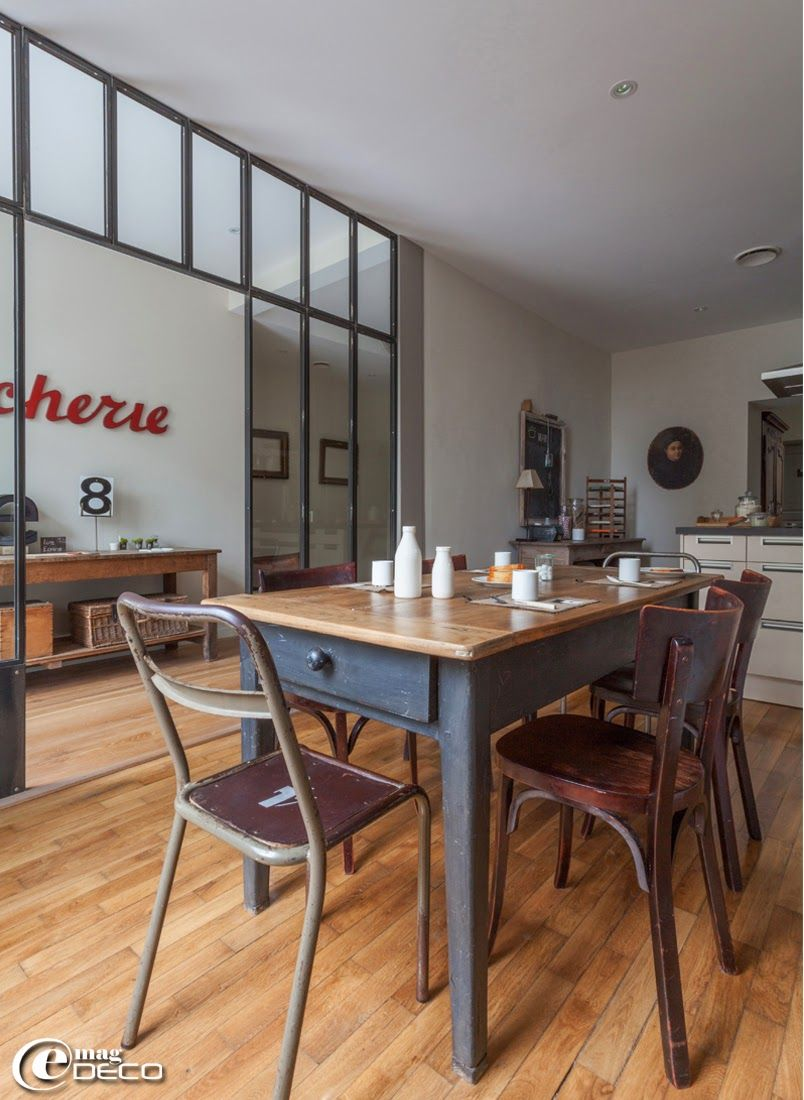 dans une cuisine deux chaises industrielles en bois et m tal chin es chez nicole guiheneuc. Black Bedroom Furniture Sets. Home Design Ideas