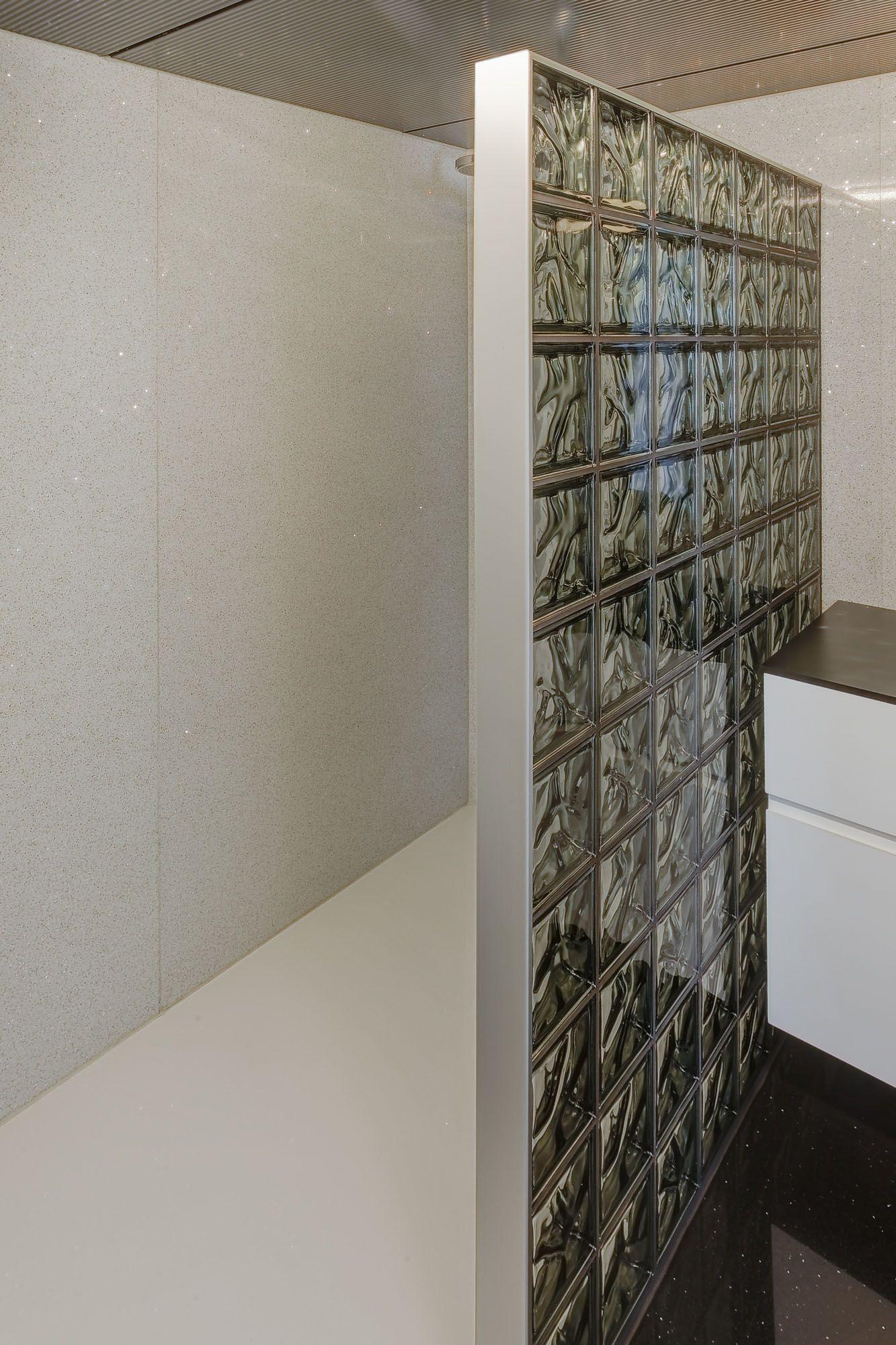 douchewand in glazen bouwstenen glastegels glasblokken