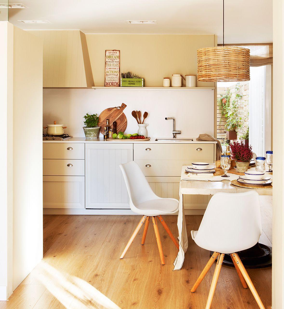 Cocina en tonos claros y madera, con encimera y antepecho de ...