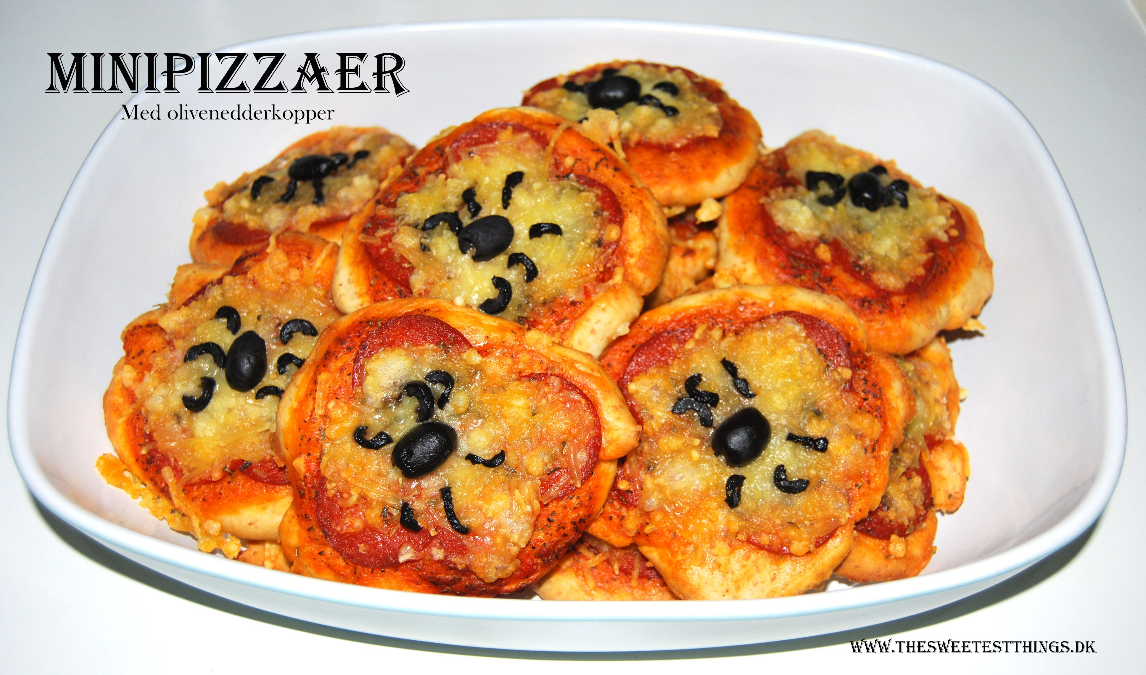Minipizzaer… MUMS! Der er ikke mange, der ikke elsker at snuppe en pizzahapser med i hånden. Til Halloweenfesten lavede jeg disse små håndrette mundfulde pyntet med krybende edderkopper. Og d…
