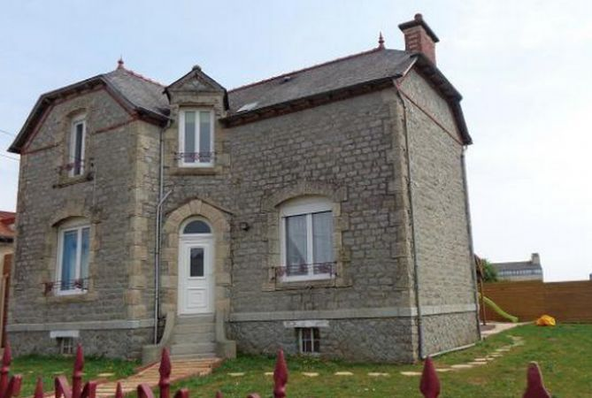 Mauron (56) Morbihan, Brittany €147,000 - Lots of charm and character for this stone house, ideally situated. Beautiful renovation with kitchen and a living room with fireplace / insert, a living room, 3 bedrooms, bathroom, 2 toilets. http://www.francehousehunt.com/listing-impressive-house-in-nice-location-266404.html #France