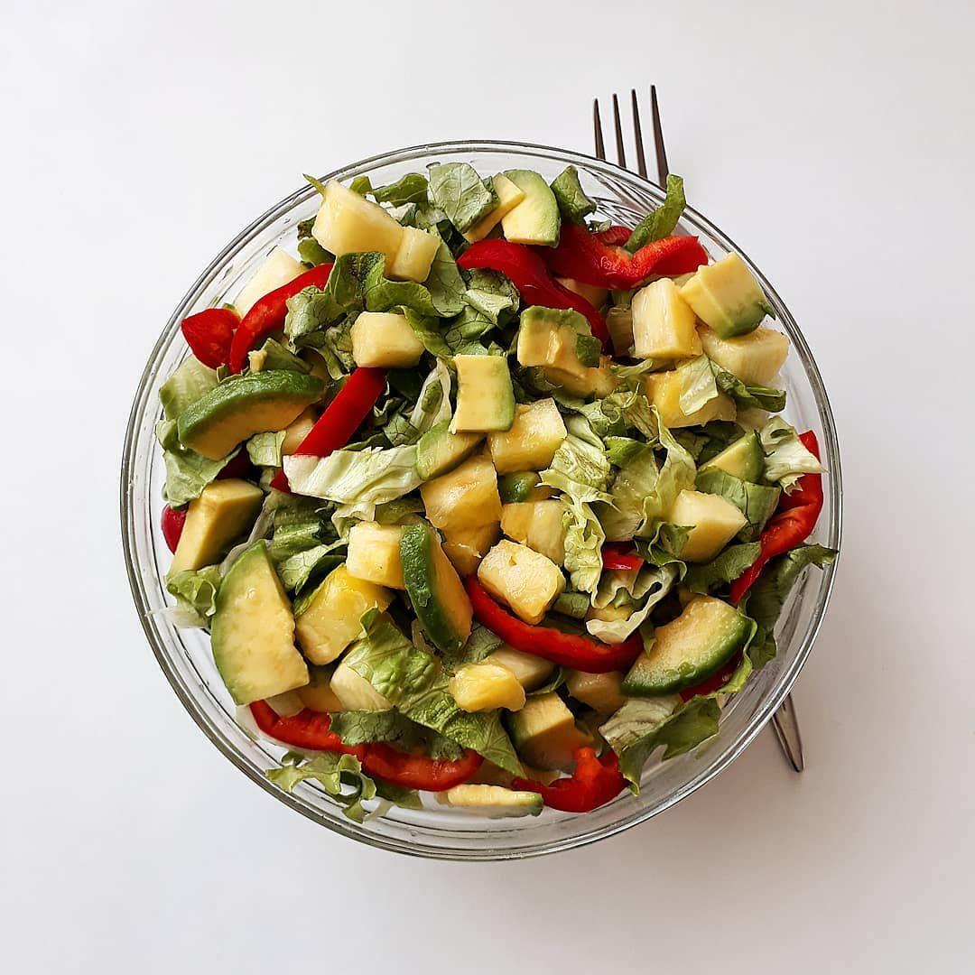 Öğlen için salata yaptım. Sevdiğim youtube videolarını izlerken salatamı yerim. Kızım da ortak tabi....