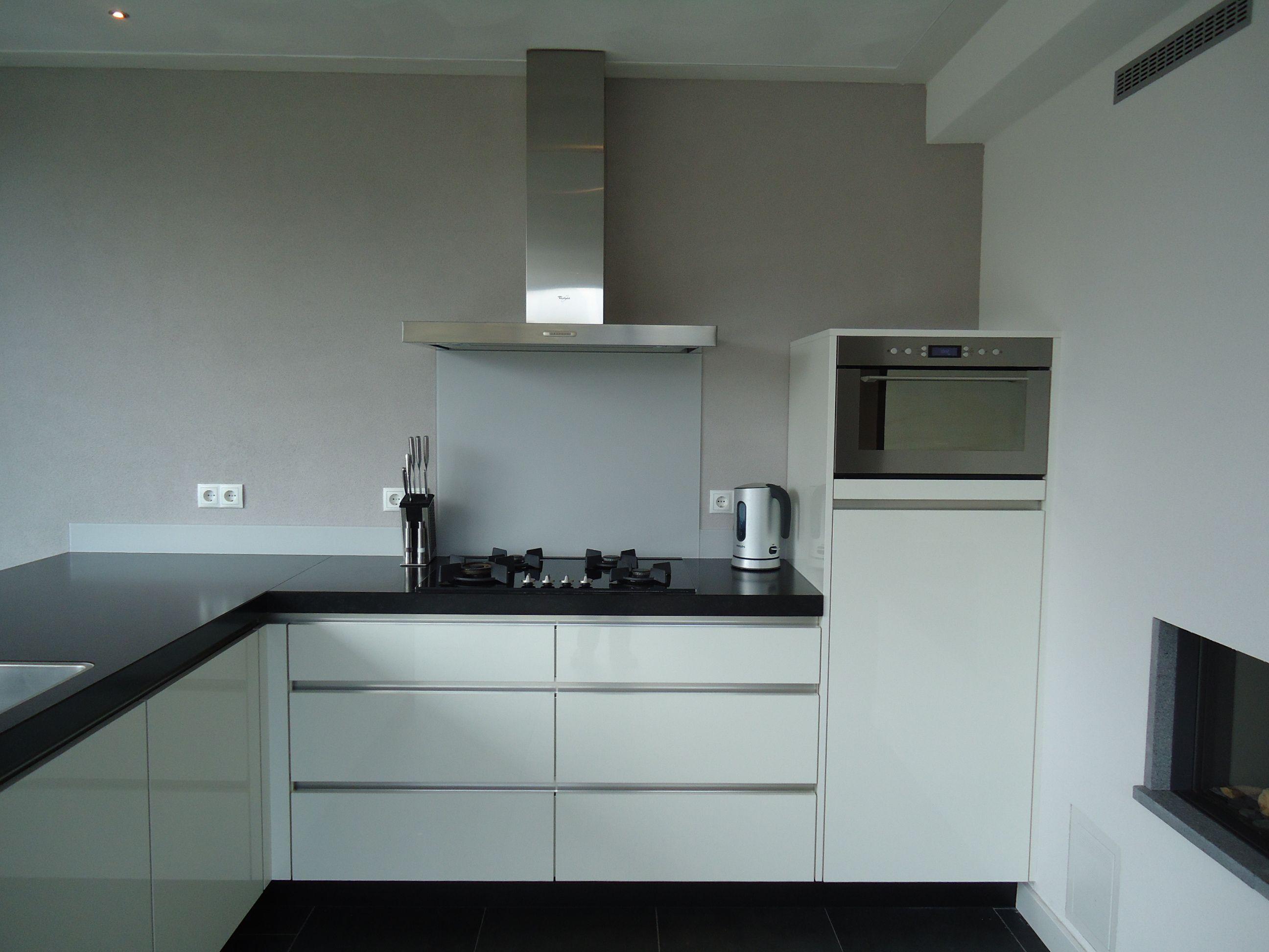 Moderne strakke witte greeploze keuken op maat te maken bij