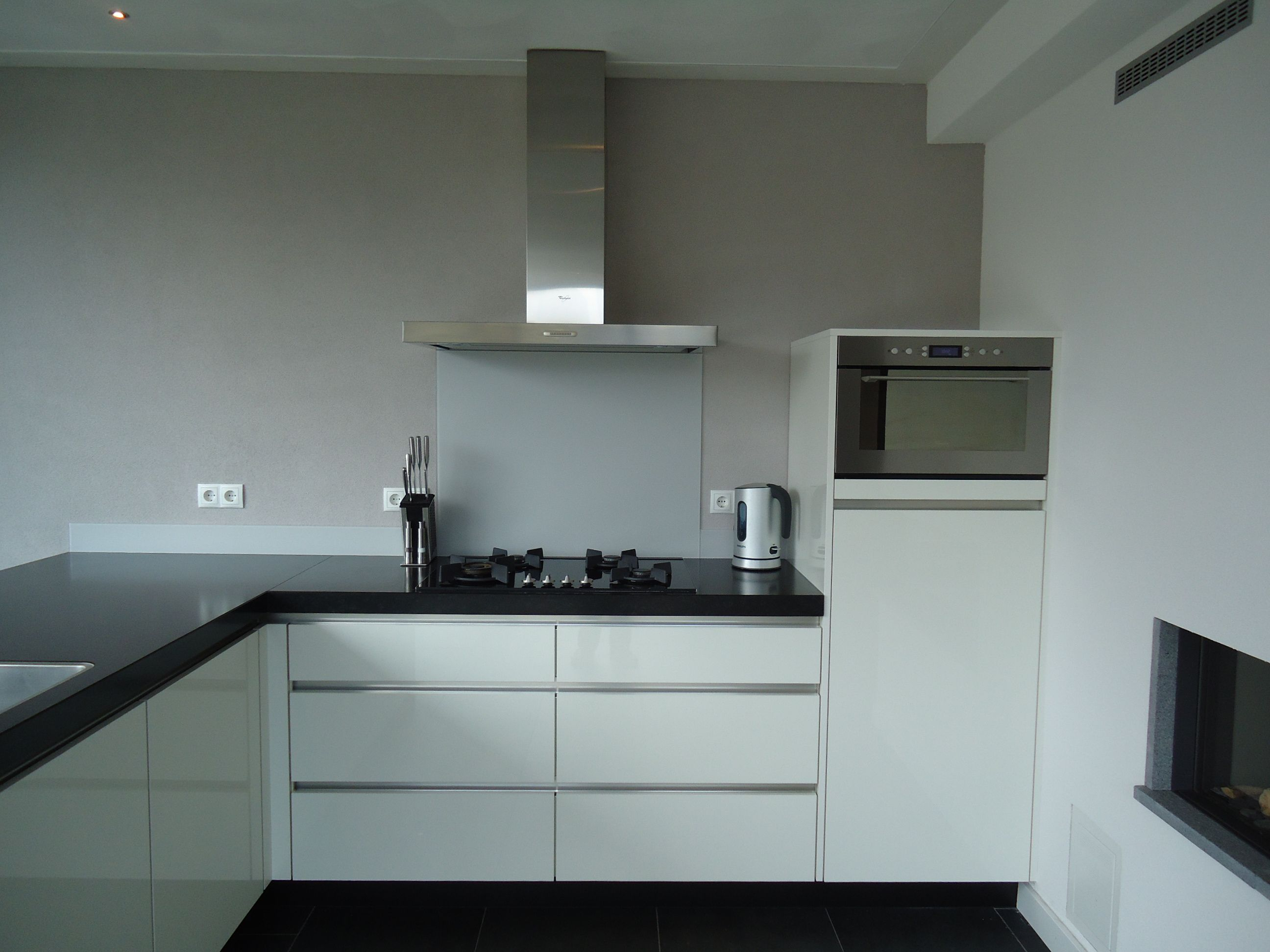 Moderne strakke witte greeploze keuken op maat te maken