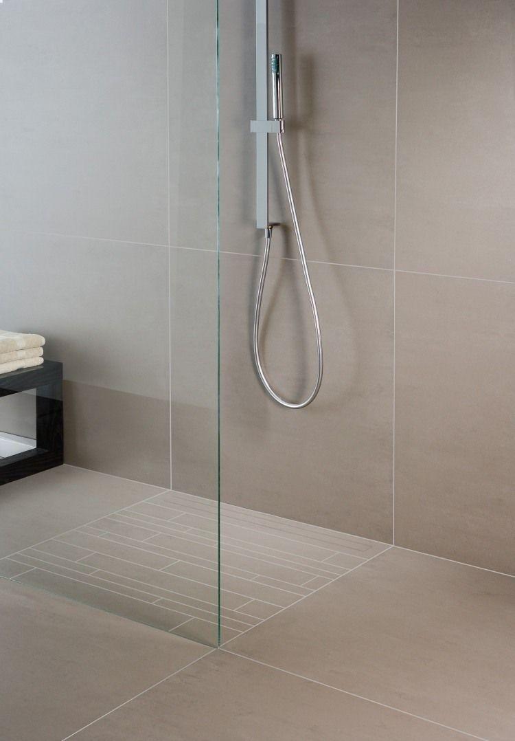 minimalistische dusche mit ablaufrinne und fliesenanordnung in der selben form haus d a. Black Bedroom Furniture Sets. Home Design Ideas