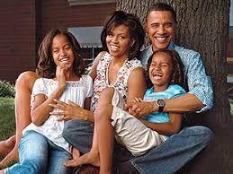 Los temas:  La importancia de familia; Incluso a través de tiempos difíciles la familia siempre está ahí para el otro.