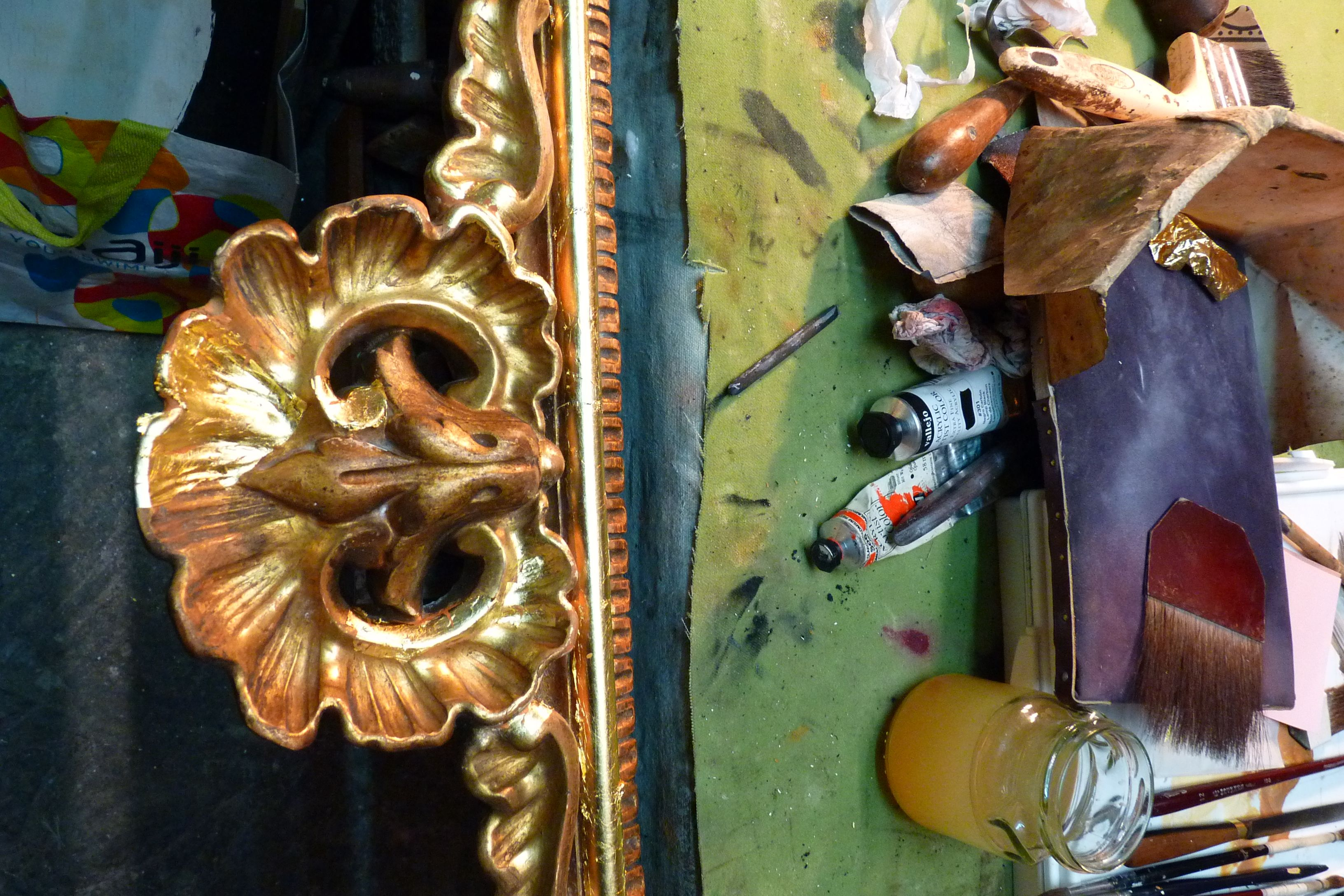 Trabajo de restauración y dorado en una marco de pasta