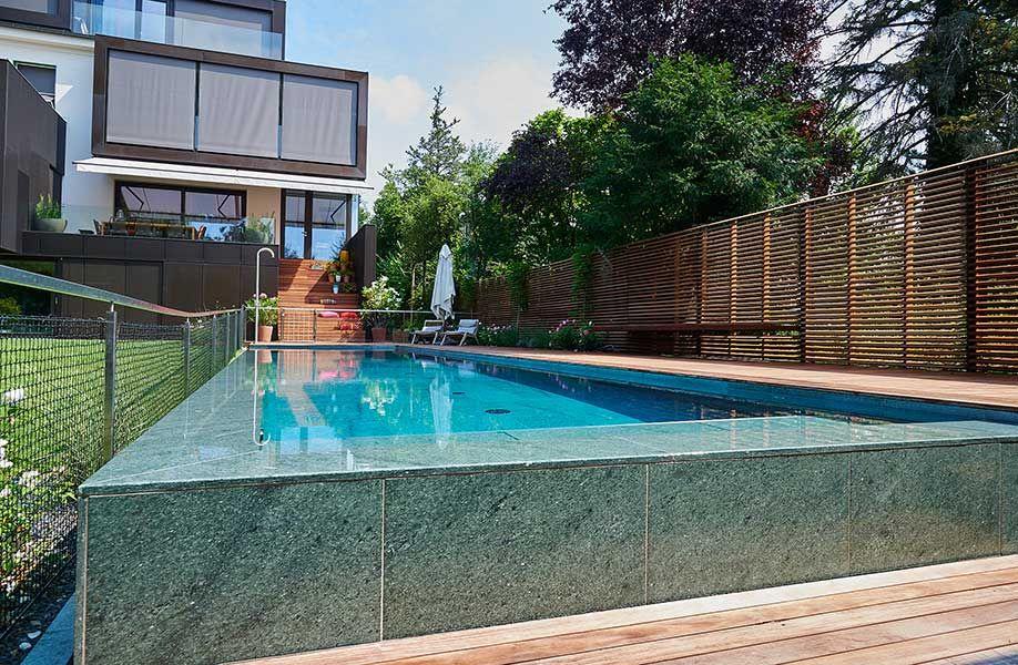 Pool mit zweiseitiger Überlaufkante aus Naturstein