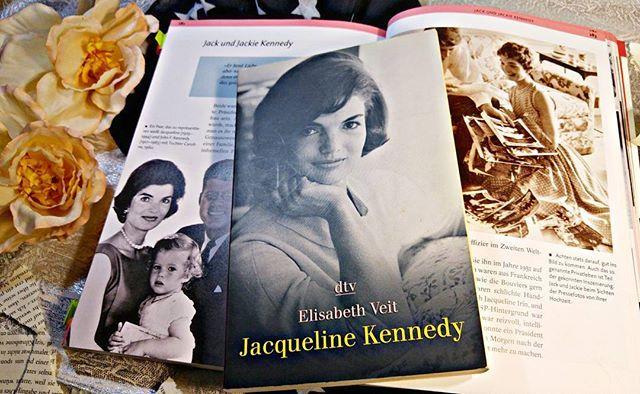Heute wäre Jaqueline Kennedy - Onassis 86 Jahre alt geworden. 💐  Diese Frau hat die Messlatte für die First Ladies der USA ziemlich hoch gelegt. Intelligent, Stil-Ikone, belesen und charmant, war sie die wichtigste Diplomatin ihres Mannes J.F. Kennedy. Der Preis war hoch, den sie zu zahlen hatte, ihr Ehemann wurde direkt neben ihr im Auto erschossen.🔫 Dann folgte eine Ehe mit dem griechischen Reeder Aristoteles Onassis. 🚢 Nach seinem Tod kehrte sie nach New York zurück und arbeitete…