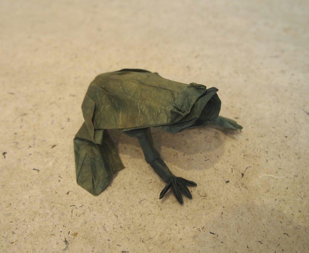 Frog origami by Roman Diaz - OrigamiArt.Us | 840x1024