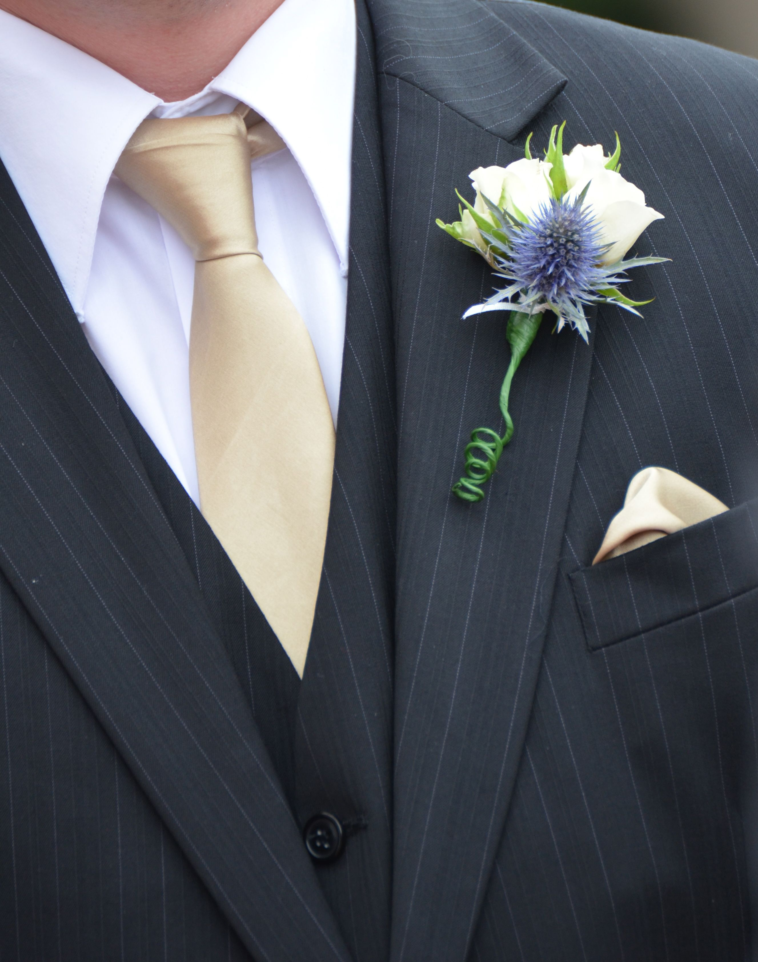 On Hole Flowers Rose And Sea Holly For Other Members Of Wedding 7 Grooms Separate 8 In Total 1 Best Man 2 Men