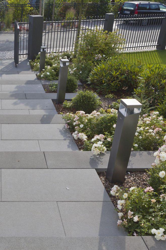 Romantischer eingangsbereich blockstufen und silkstone for Gartengestaltung 150 qm