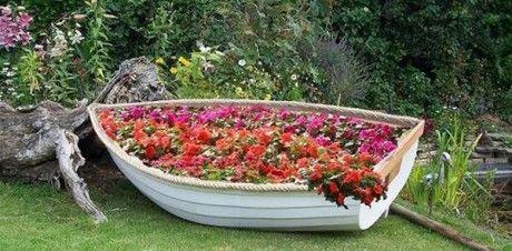 замечательная идея: цветник в лодке на дачном участке ...