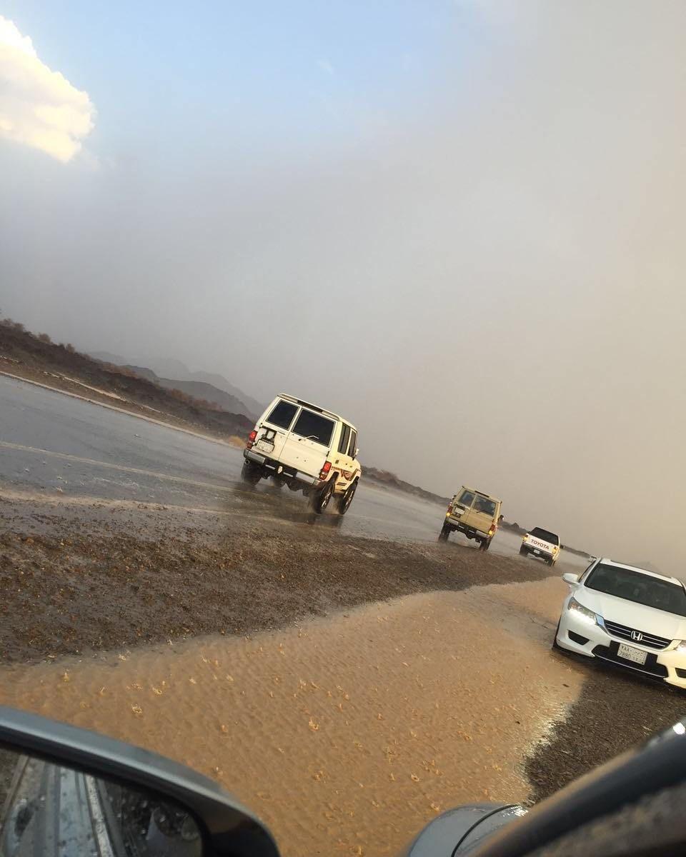 شبكة أجواء السعودية هطول أمطار و جريان الشعاب في الحرة جنوب تبوك تصوير عايض البلوي هذا الحساب برعاية بنياتا الإم Instagram Instagram Posts Road