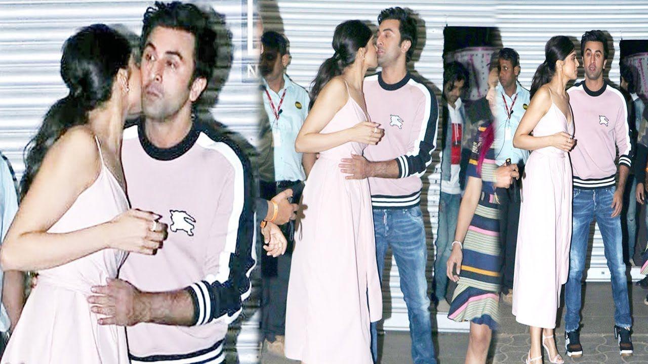 Super Hot Actress Deepika Padukone And Ranbir Kapoor Hugging And Kissing Celebrities Funny Hot Actresses Deepika Padukone