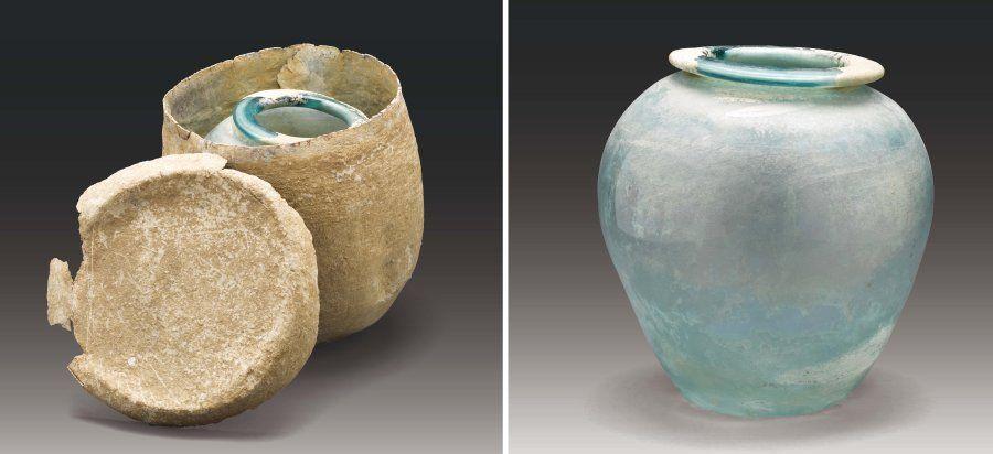 RARE ENSEMBLE composé d'une grande URNE à panse ovoïde et à fond concave, surmontée d'une lèvre annulaire légèrement éversée, contenue dans son SARCOPHAGE en plomb fermé par un couvercle. Verre bleuté et plomb. Déchirures pour le plomb, irisations, très belle conservation de l'urne en verre. Époque Gallo-romaine, Ier-IIe siècle. H_26 cm (verre) et 30 cm (plomb)