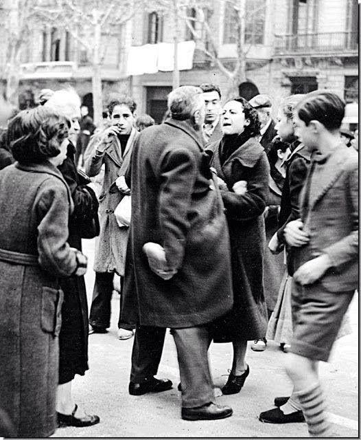 """Madrid, 1939. Discusión por una barra de pan """" bombardeada """" por la aviación franquista."""