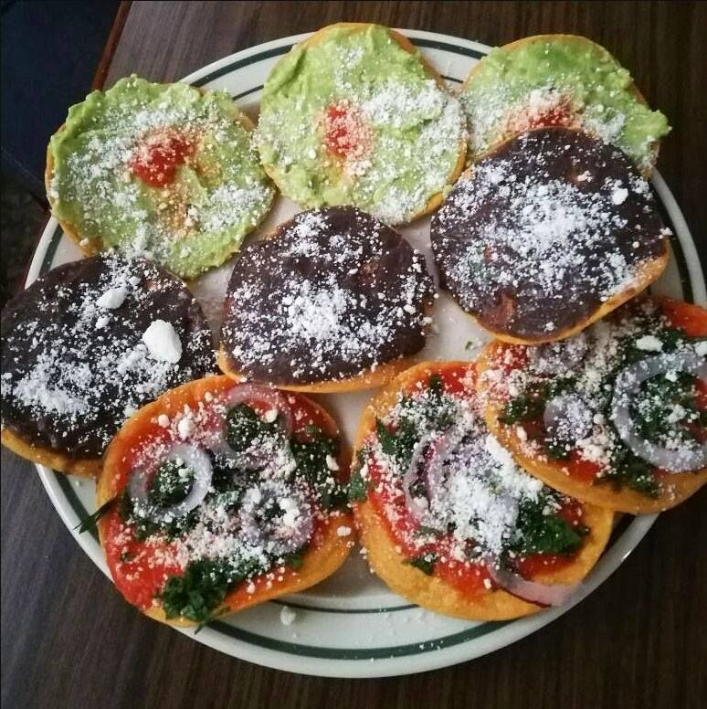 Tostadas Con Aguacate Frijol Y Salsa It S Too Difficult To