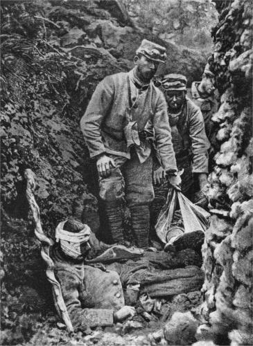 Westfront 1. Weltkrieg: Französische Soldaten bergen ...