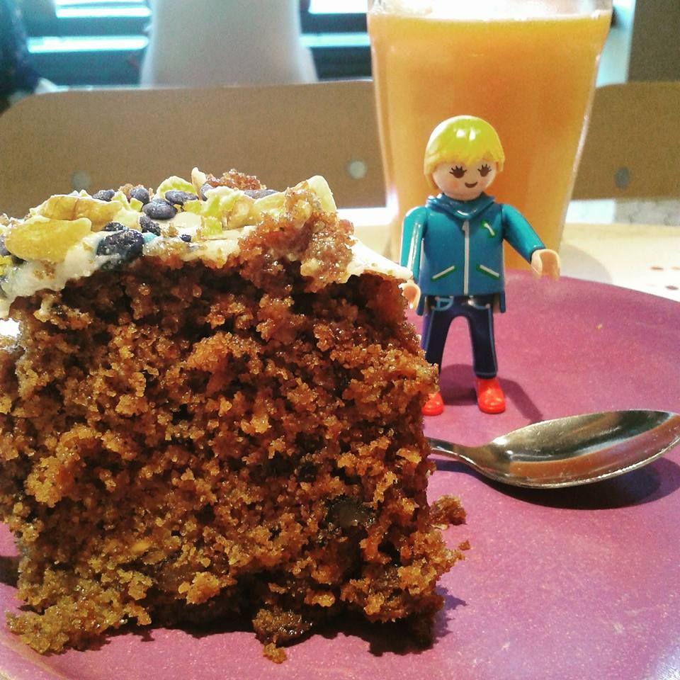 Merendando un carrotcake delicioso en buena compañía en @buenasmigas de Plaça Espanya #clickmania #playmobil
