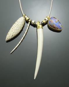 Susan Chin, Otto Colar de 2014, osso, de 18 quilates de ouro, prata, pedra opala, 85 x 50 x 5 mm, comprimento da cadeia de 533,4 milímetros, foto: artista