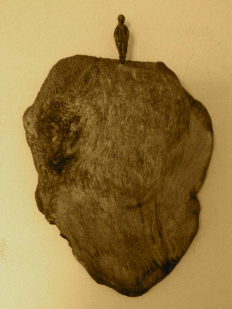 nodo d'albero al naturale  e piccolo personaggio in terracotta