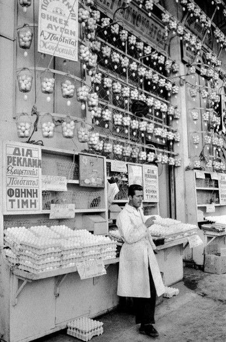 Αθήνα, οδός Αθηνάς, κατάστημα αυγών, 1964, φωτογράφος David Hurn, αρχείο Magnum photos.