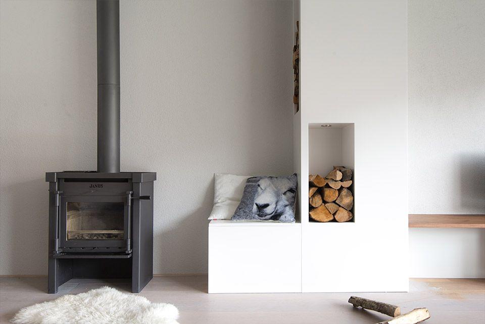 Woonkamer interieur grijs wit modern, met haard | styling en advies door Adrianne van Dijken