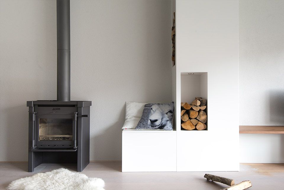 Woonkamer interieur grijs wit modern met haard  styling