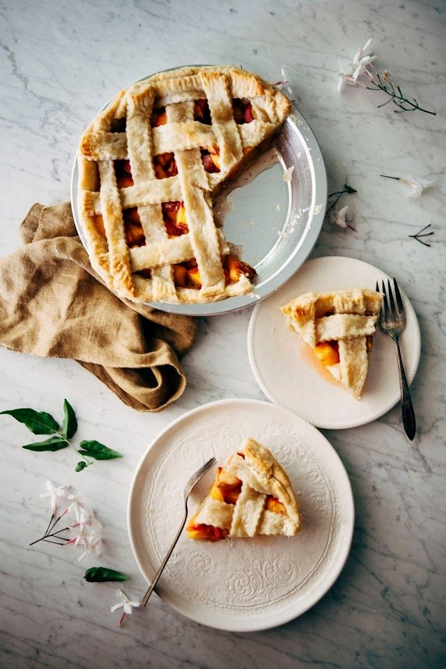 Bourbon and Brown Sugar Peach Pie - hummingbird high    a desserts and baking blog. Beautiful pie photography.