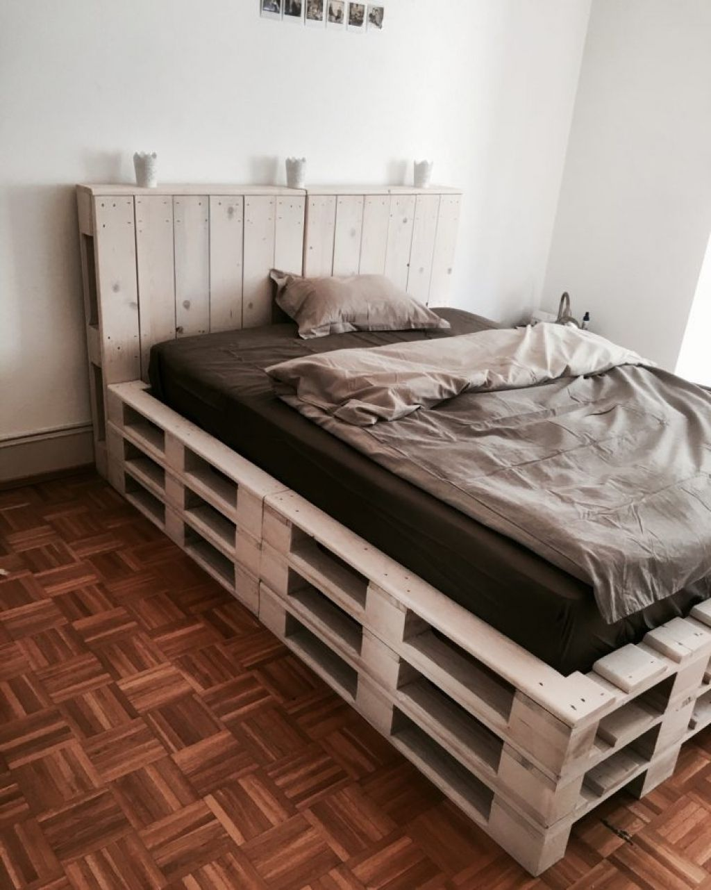 Diy Beds Made Out Of Wooden Pallets Diy Pallet Bed Pallet Beds