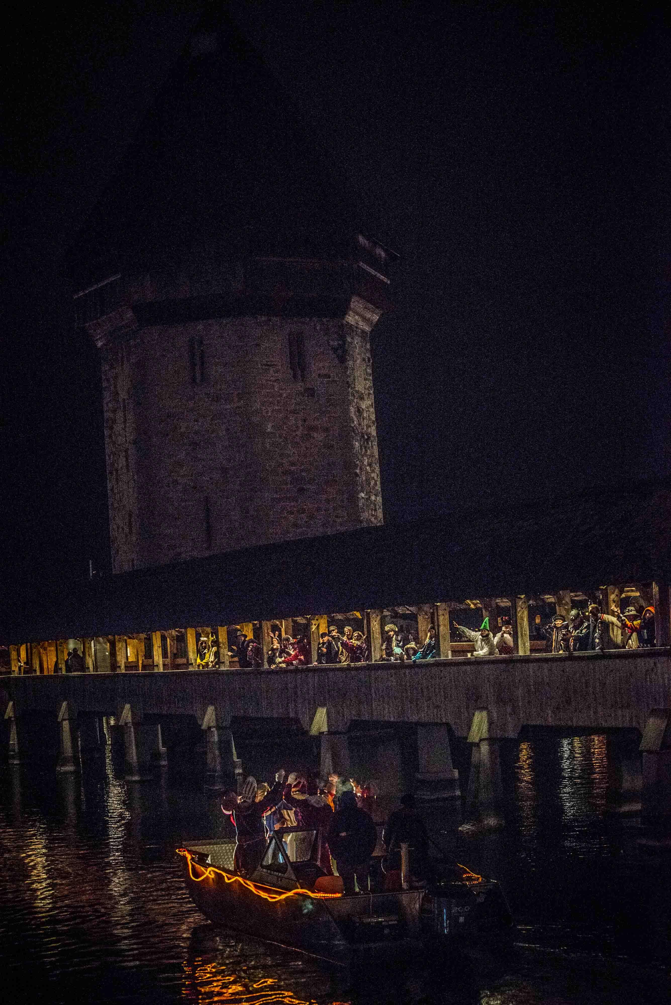 Kapellbrücke in Luzern, Luzern ab. 22.00 Tschau Fritschi.    -----------------------------------------------------                                   Abschied von Bruder Fritschi und seinem Gefolge auf einem Fischerboot ab Jesuitenplatz Reuss aufwärts in die Nacht.