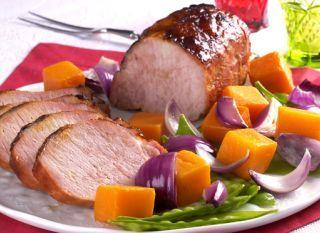 """Essa receita de <a href=""""http://mdemulher.abril.com.br/culinaria/receitas/receita-de-lombo-legumes-sautes-618991.shtml"""" target=""""_blank"""">lombo com legumes sautés</a> fica pronta em 1 hora! No lugar do lombo, você pode usar tender comprado pronto"""