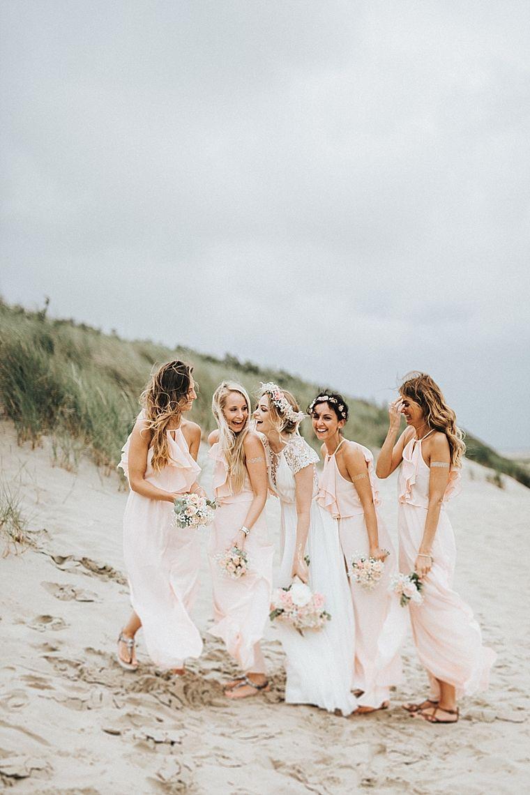 Braut mit Brautjungfern am Strand, Bridesmaids, Maid of honour ...