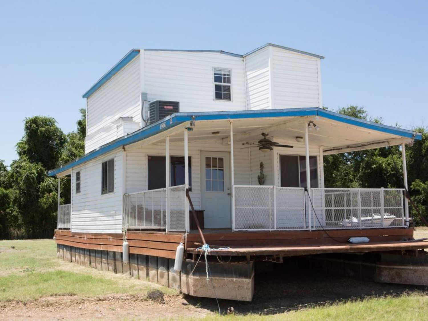 Before After Fixer Upper Totally Transformed A Rundown Houseboat Fixer Upper House Fixer Upper House Boat
