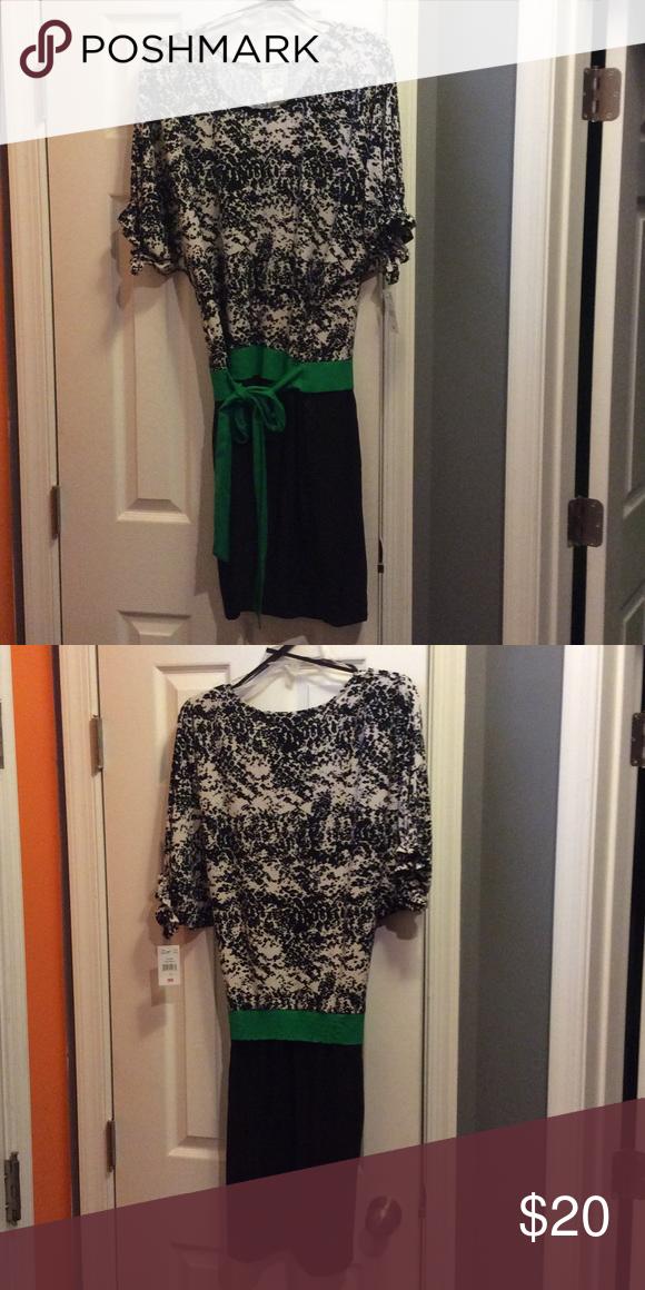 Cute Dress NWT Flirty dress with green waistband tie Dresses