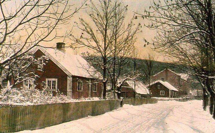 Akershus fylke Bærum kommune  Parti fraAnkerveienved gamle Fossum skole sett østover. I bakgrunnenVoksenkollen. Kolorert fotografi avHenning Kofoed, 1920