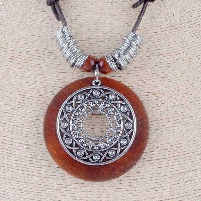 2b81112dbdf1 Nueva moda collar largo de la vendimia Bohemia joyería cuerda ajustable  Brown madera aleación Colgantes mujeres suéter Cadenas