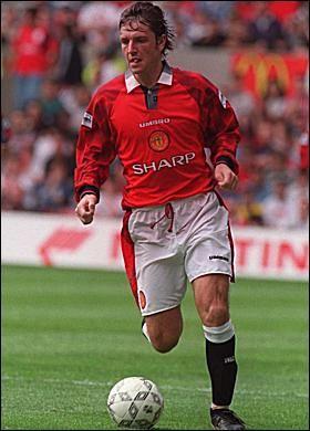 7 i nazwisko cantona oraz plakietek na rękawach (jak na zdjęciach). Pin on Manchester United 96 - 97