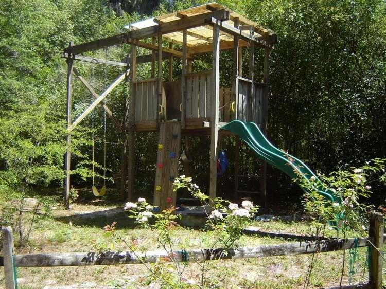 la cabane en bois pour enfant id es de d co originales cabane pour enfant toboggan et cabanes. Black Bedroom Furniture Sets. Home Design Ideas