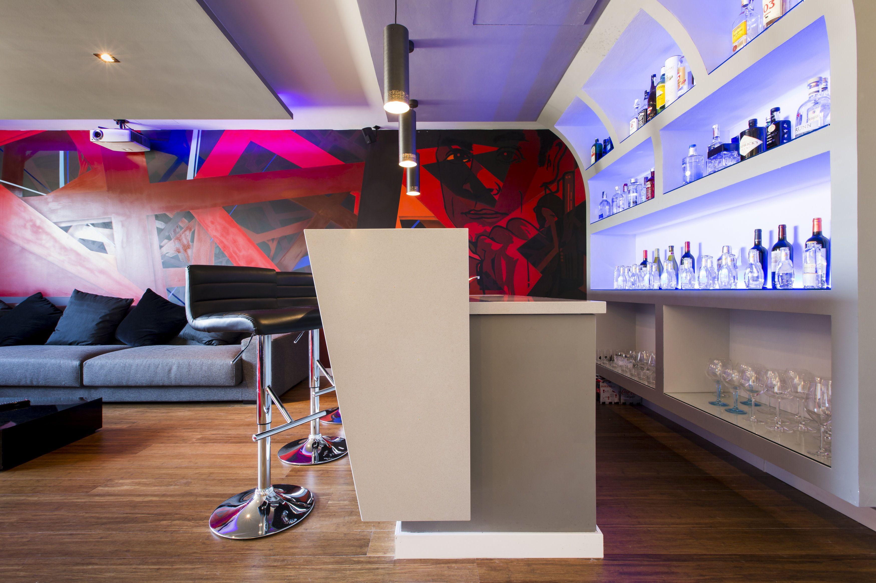Barra bar sala de cine en casa sala de tv botillero for Barras de bar para casa