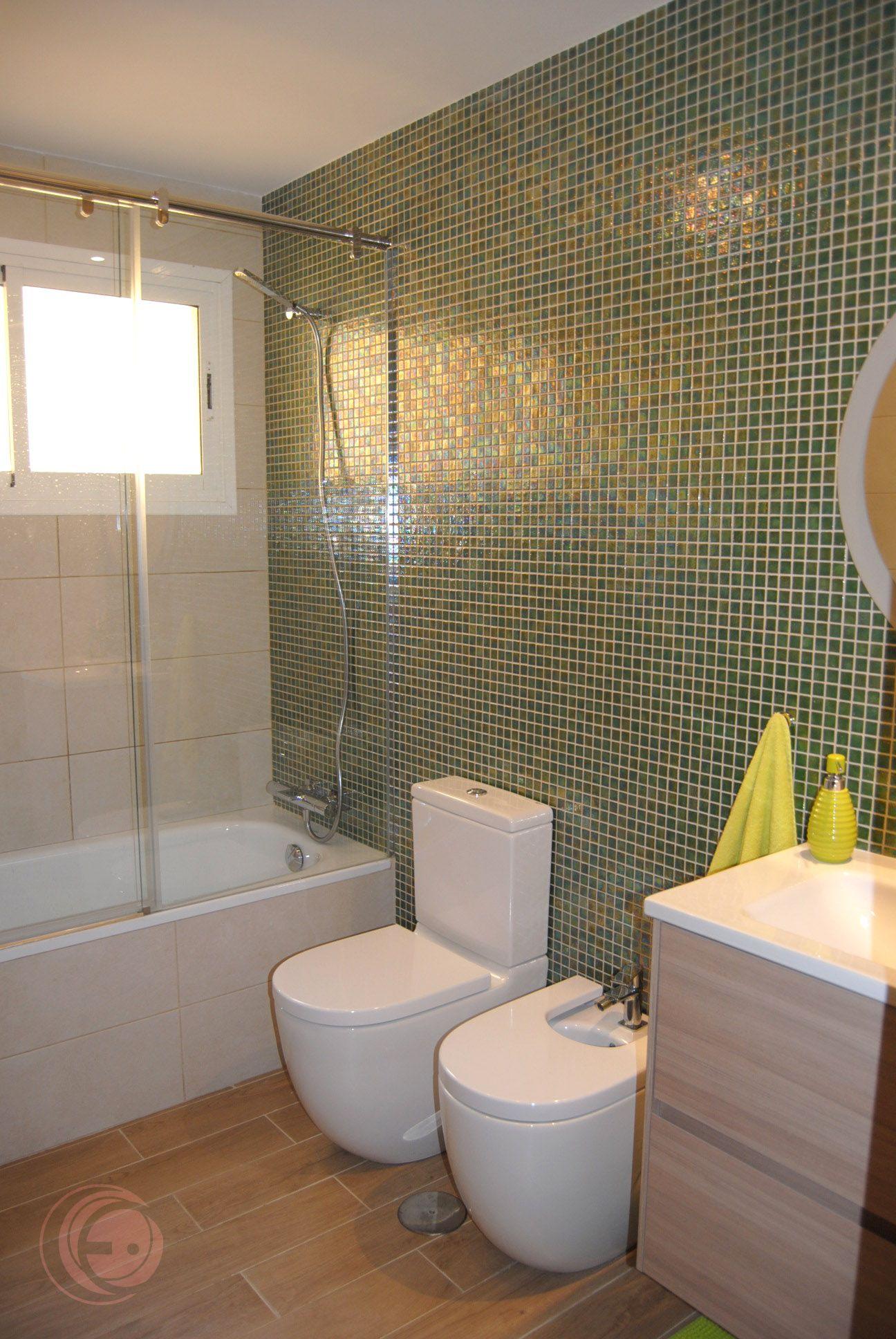 Cuarto de baño. Mosaicos Ezarry, modelo Green Pearl. Sanitarios Roca ...