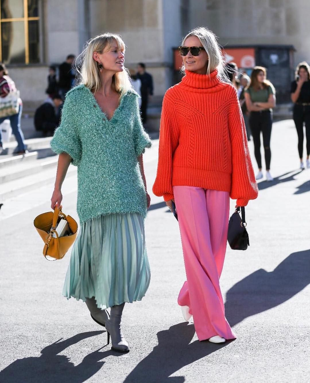 Trend styling: The fashion combination of long sweater and midi skirt can now be seen everywhere