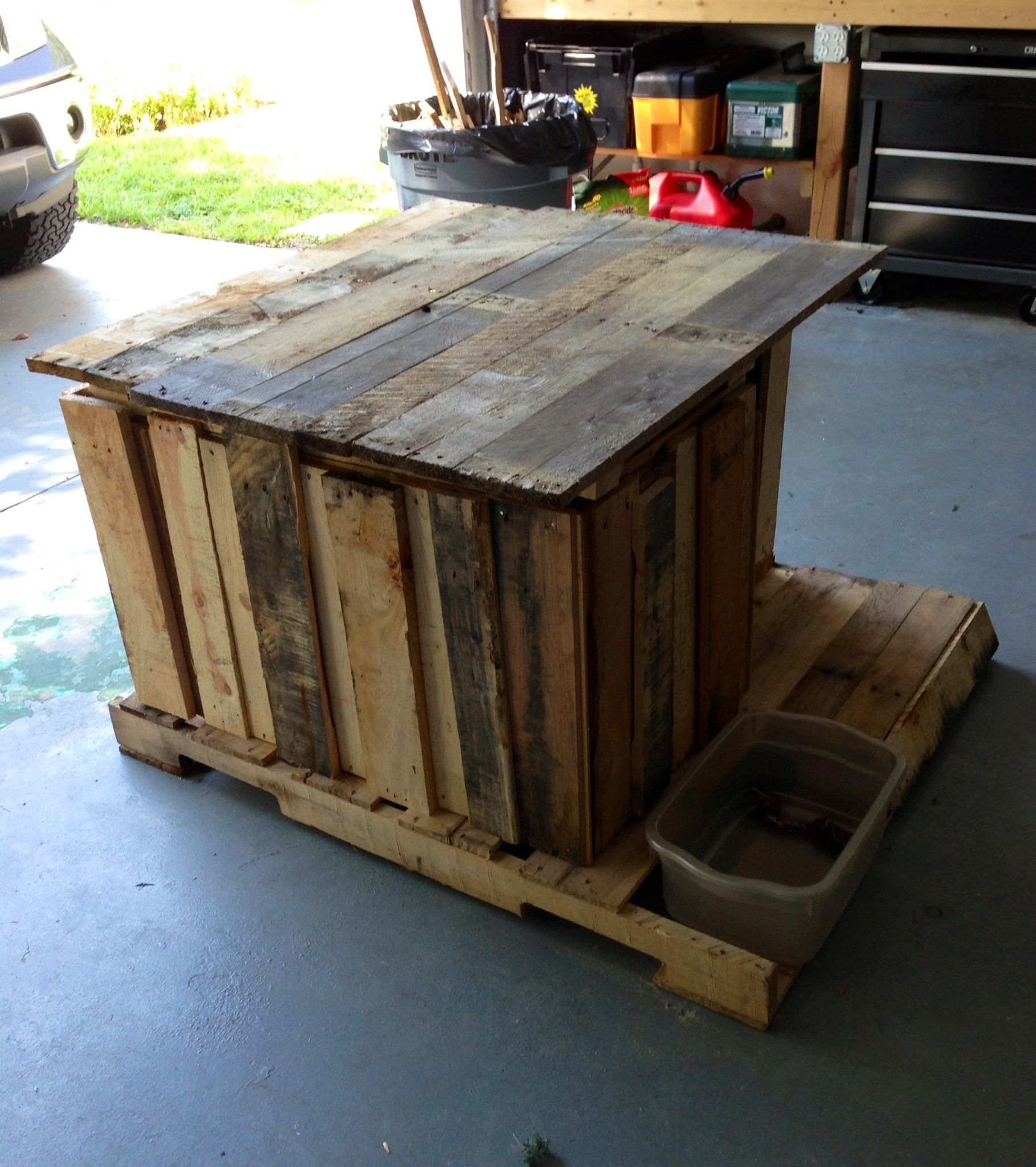 how to build a dog kennel out of wooden pallets