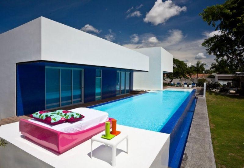 oberirdischer Swimmingpool mit Glaswand und kleine Terrasse ...