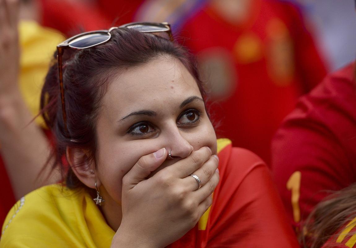 Torcida espanhola em Madrid assistindo ao duelo contra o Chile - Espanha 0 x 2 Chile #Brasil2014