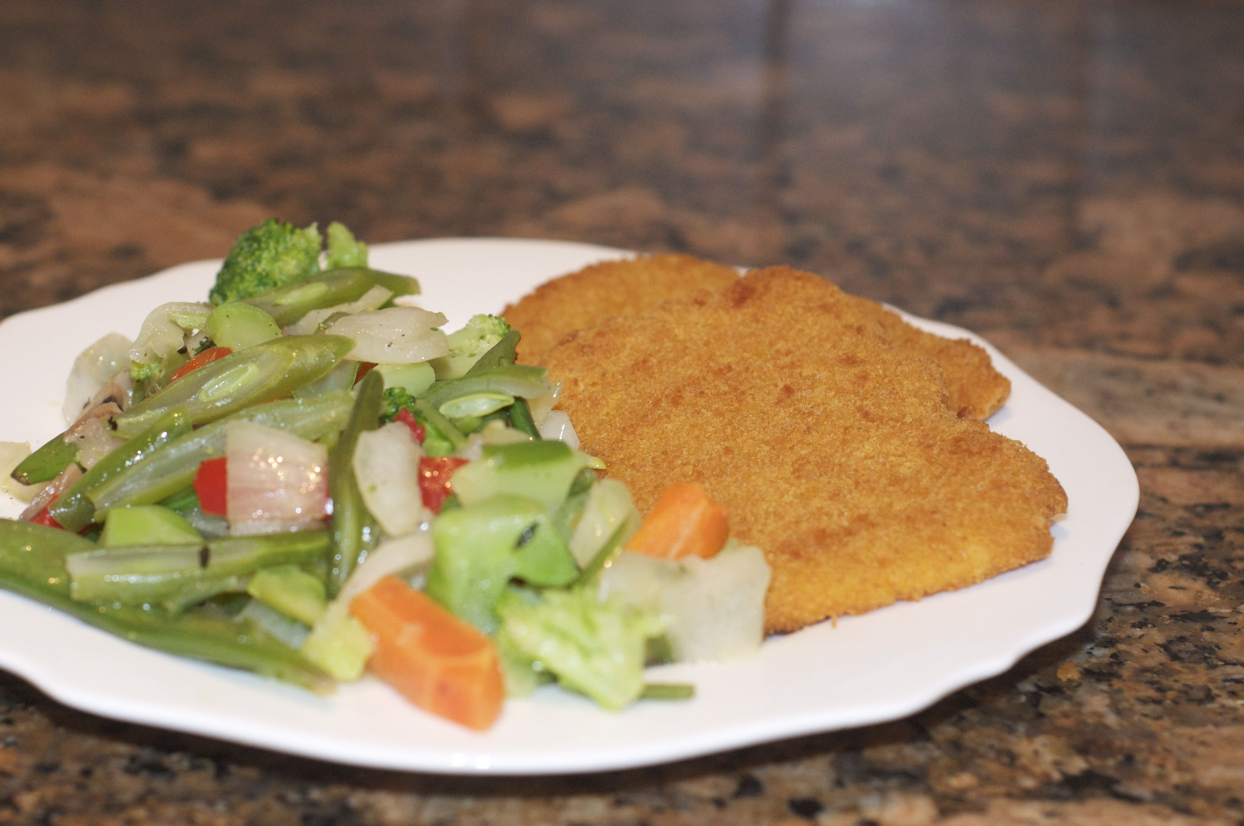 Veggie breaded chicken flavored scallopini with vegetables