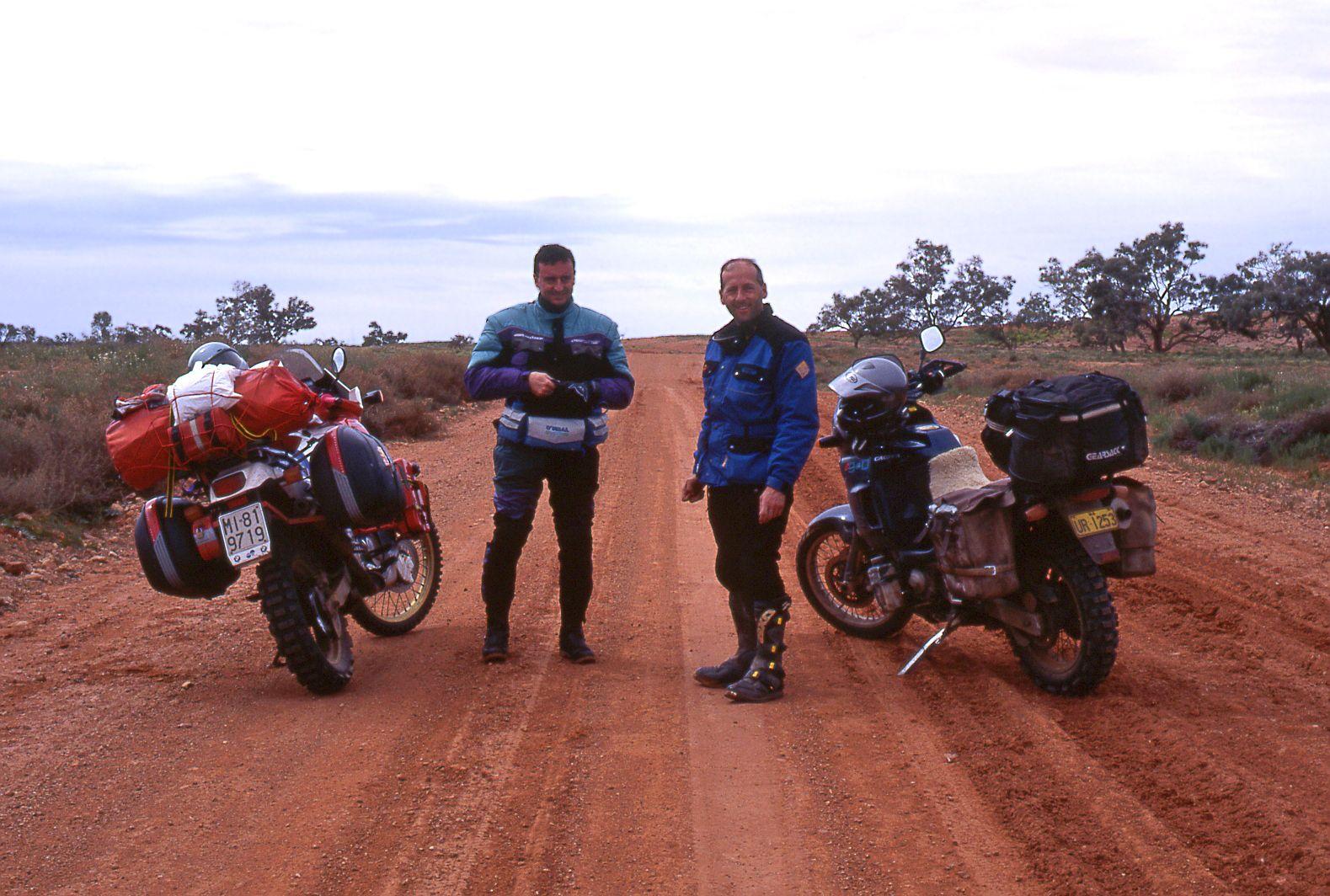 Incontro con motociclista locale su una pista australiana