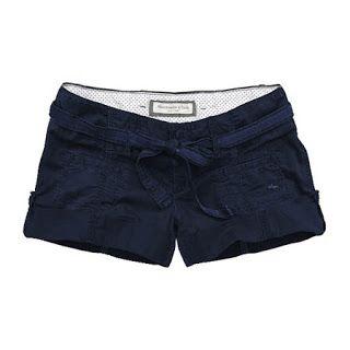 Ache um look com shorts pra esse verão.
