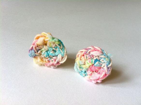 虹色の糸とうすピンクの糸をまぜて一緒に編みました。雨上がりの虹をイメージしました。イヤリングには滑り止めのゴムが付いています。●直径:約1.8~2cm●イヤリ...|ハンドメイド、手作り、手仕事品の通販・販売・購入ならCreema。